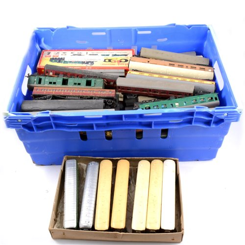 Lot 21-Large quantity of OO gauge railways passenger coaches