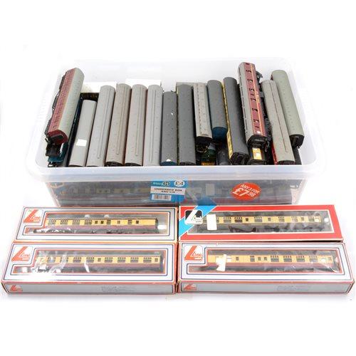 Lot 20-Large quantity of OO gauge railways passenger coaches