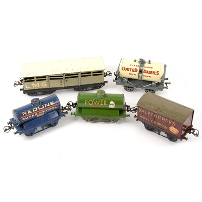 Lot 40-O gauge railways wagons and rolling stock; mostly Hornby, one box.