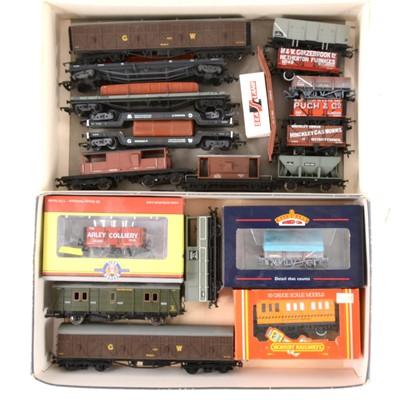 Lot 530 - Twenty OO gauge model railway wagons and rolling-stock.