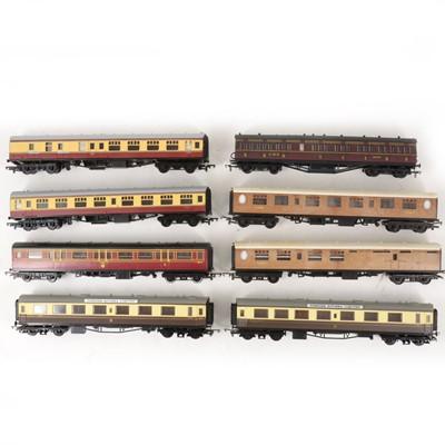 Lot 532 - Twenty OO gauge model railway passenger coaches, all loose.