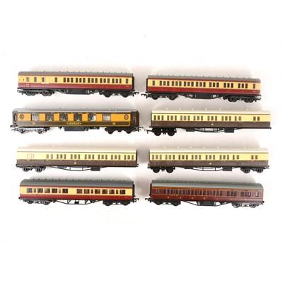 Lot 533 - Twenty Seven OO gauge model railway passenger coaches, all loose