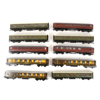 Lot 534 - Seventeen Hornby OO gauge model railway passenger coaches, all loose.