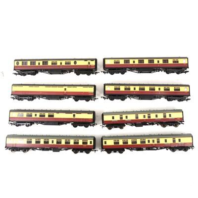 Lot 536 - Thirteen Bachmann OO gauge model railway passenger coaches, all loose.