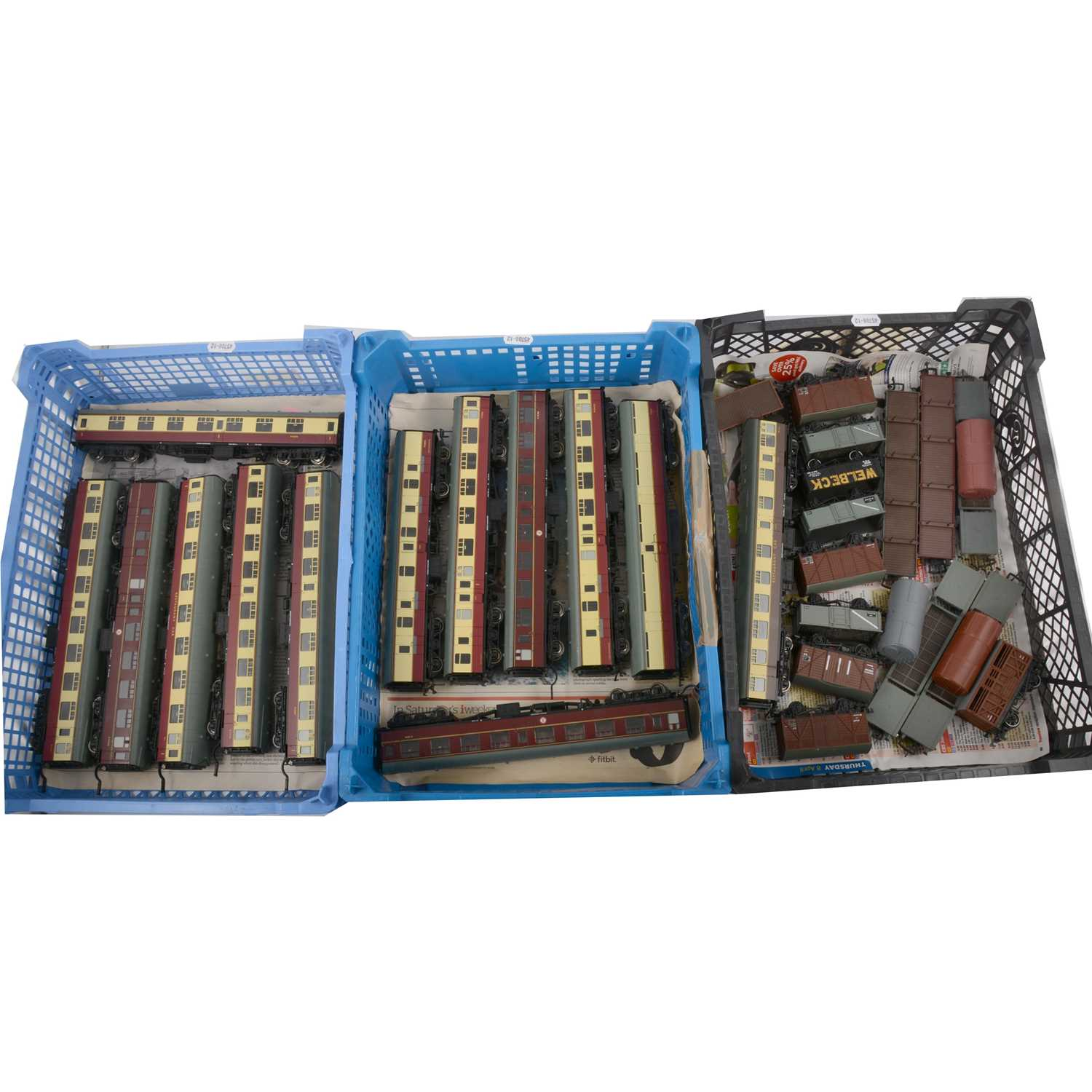 Lot 32 - Bachmann OO gauge model railway passenger coaches and rolling stock.