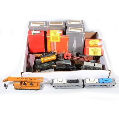 Lot 84 - Twenty-one OO gauge model railway wagons and vans