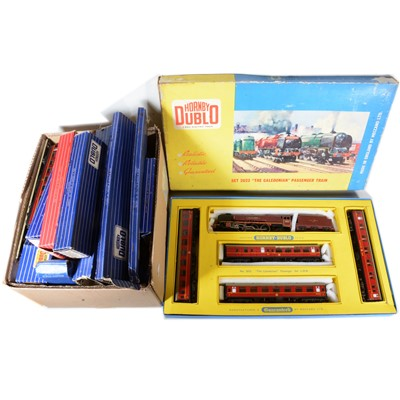Lot 51 - Hornby Dublo OO gauge model railway set 2023, coaches and track.